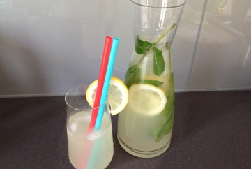 Homemade lemondade met citroen en munt